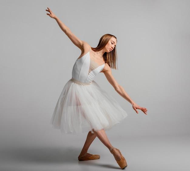 バレエを実行する美しい女性