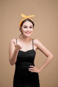 Красивейший портрет стиля кинозвезды женщины. азиатская женщина руками жест