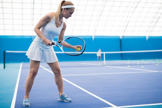 テニスをしている美しい女性