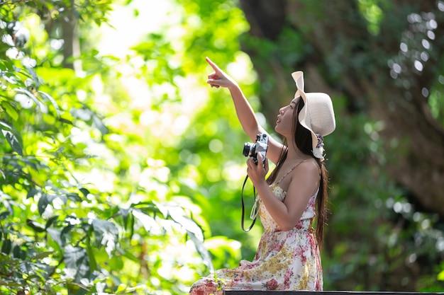 정원에서 하늘에 뭔가 손가락을 가리키는 아름 다운 여자