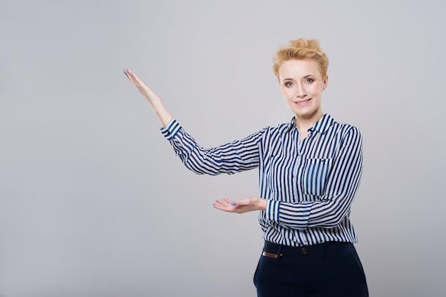 何かを指している美しい女性
