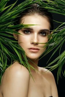 야자수 숲에서 아름 다운 여자의 초상화, 얼굴의 아름다운 피부