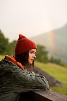 Портрет красивой женщины рядом с радугой