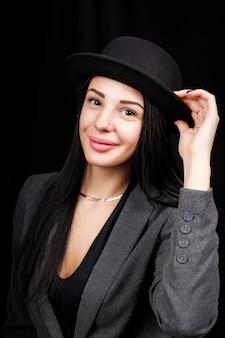 Портрет красивой женщины с большой шляпой. винтажный вид. модный макияж. шапка закрывает половину лица.