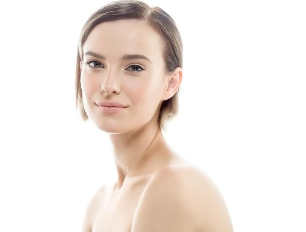 Портрет красивой женщины со свежими светлыми волосами ежедневного макияжа и здоровой кожей. студийный снимок.