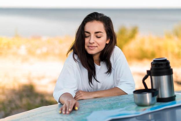 Красивая женщина позирует на берегу моря
