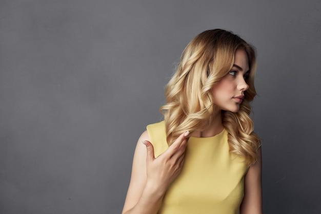 Красивая женщина позирует привлекательный взгляд моды обрезанный вид моды