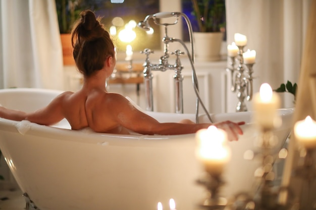 Bella donna in posa in bagno