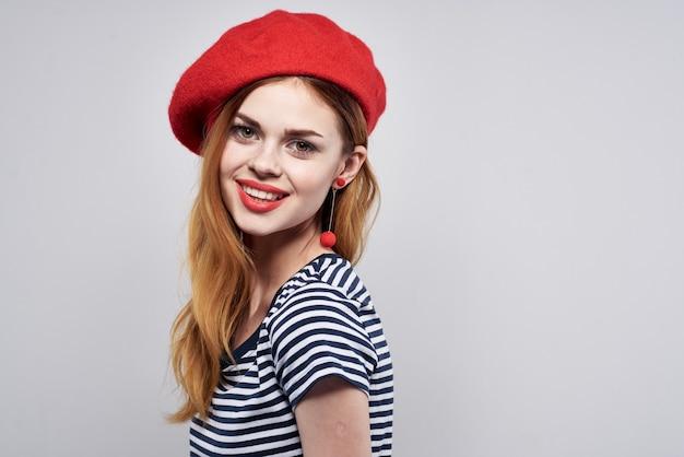 美しい女性のポーズファッション魅力的な外観赤いイヤリングジュエリー孤立した背景。高品質の写真