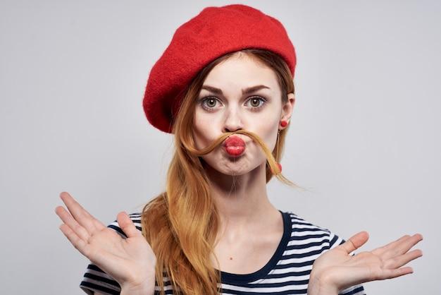 美しい女性のポーズファッション魅力的な外観赤いイヤリングジュエリー孤立した背景