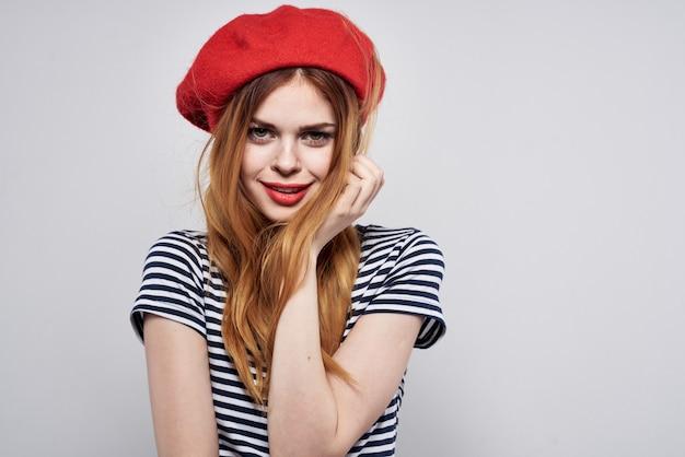 美しい女性のポーズファッション魅力的な外観赤いイヤリングジュエリー明るい背景