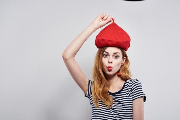 ファッションの魅力的な外観の赤いイヤリングジュエリーモデルスタジオをポーズする美しい女性。高品質の写真