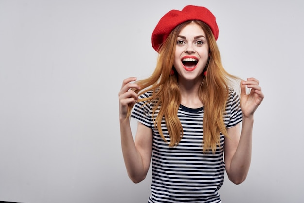 ファッションの魅力的な外観の赤いイヤリングジュエリーモデルスタジオをポーズする美しい女性