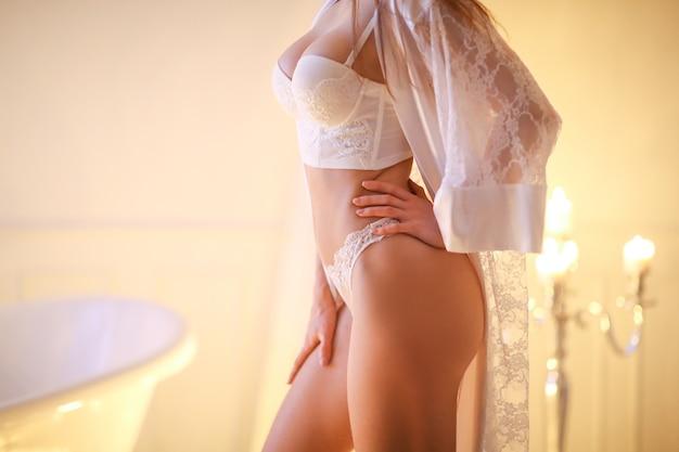 욕실에서 포즈를 취하는 아름 다운 여자
