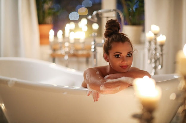 バスルームでポーズ美しい女性