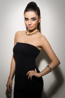 黒のドレスでポーズ美しい女性