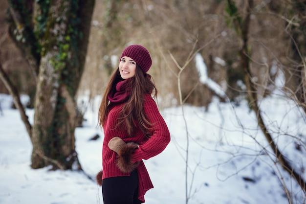 冬にポーズをとる美しい女性