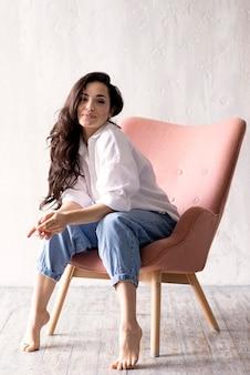 Красивая женщина позирует на стуле