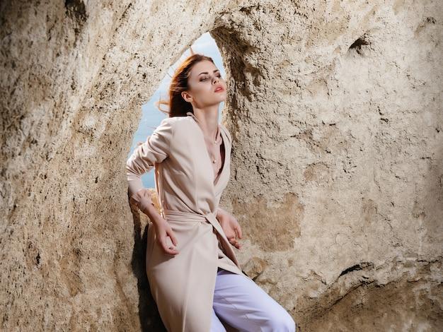 砂のライフスタイルファッションでポーズをとる美しい女性