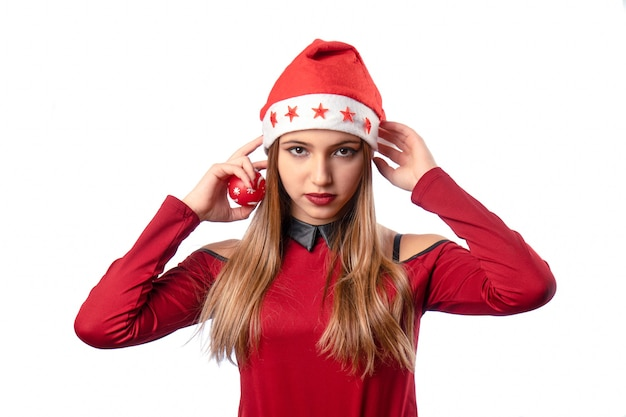 Красивая женщина позирует на белом в красном рождественском наряде.