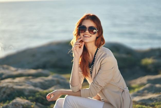 屋外でポーズをとる美しい女性