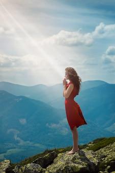산 풍경에기도 아름 다운 여자