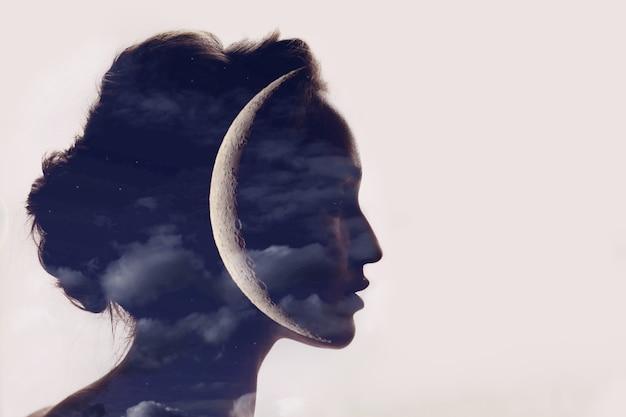 머리에 달과 아름 다운 여자 프로필 실루엣 초상화 프리미엄 사진