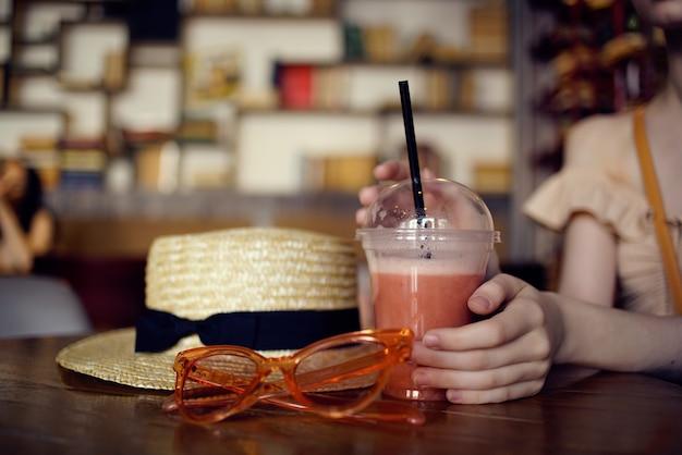 Красивая женщина, читая книгу в кафе, общение