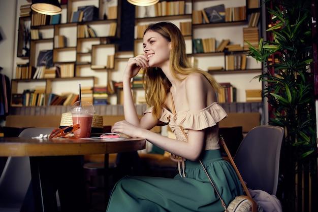 Красивая женщина, читая книгу в кафе образ жизни. фото высокого качества