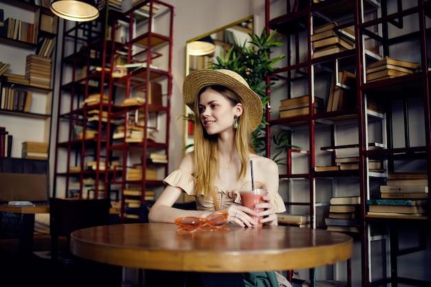 カフェレクリエーションで本を読んでいる美しい女性