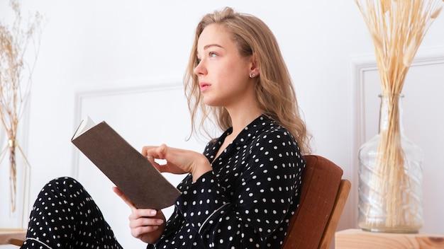 本を読んで美しい女性