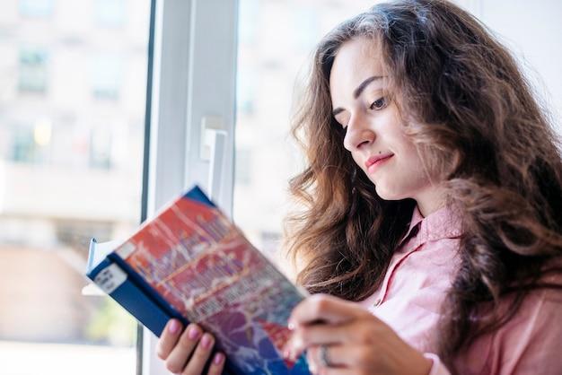 책을 읽고 아름 다운 여자