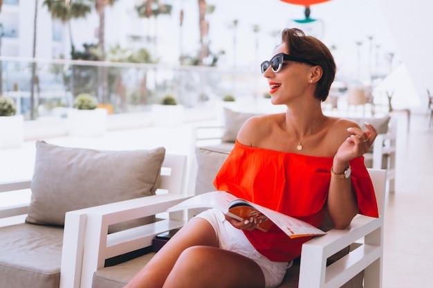 Красивая женщина, читающая журнал