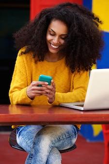 카페에서 핸드폰에 문자 메시지를 읽고 아름 다운 여자