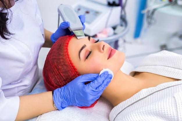 Красивая женщина получает пилинг лица ультразвук кавитация
