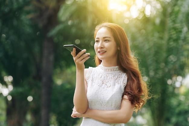 음성 메시지를 녹음하는 아름 다운 여자