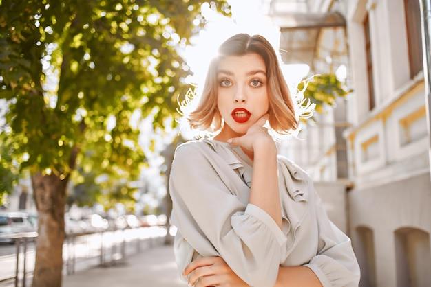 아름다운 여자 붉은 입술 매력 도시 산책 엔터테인먼트
