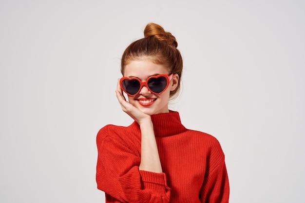美しい女性赤い唇は明るい背景をポーズします。高品質の写真