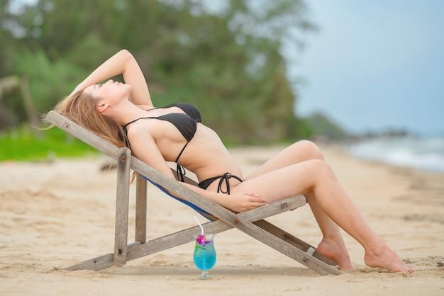 Красивая женщина, расслабляющаяся на пляже