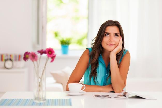 Красивая женщина, расслабляющаяся в гостиной