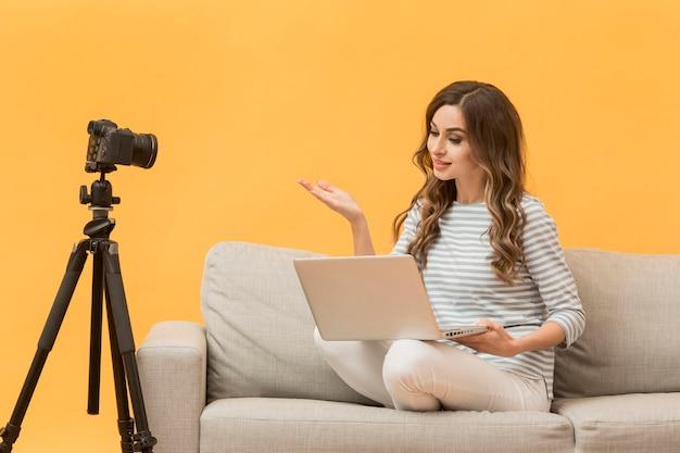 Красивая женщина отвечает на вопросы блога