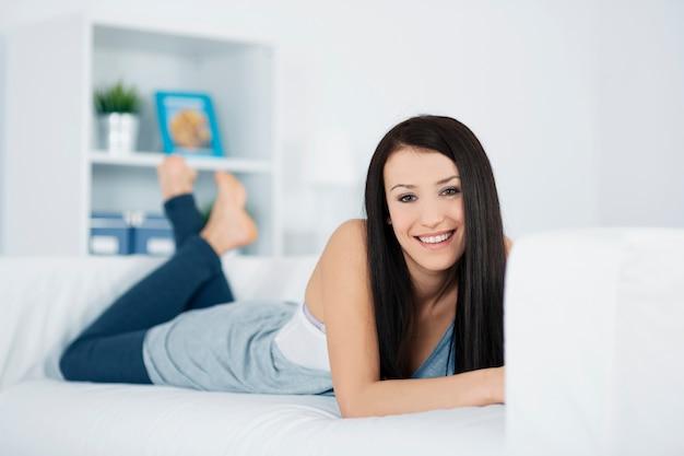 소파에 휴식하는 아름 다운 여자