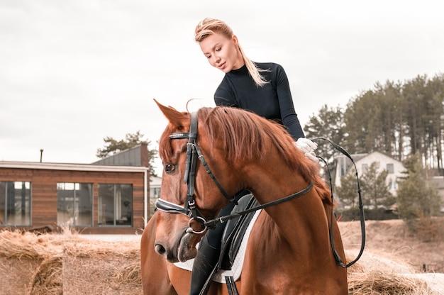 Красивая женщина едет на лошади. концепция конного спорта. смешанная техника