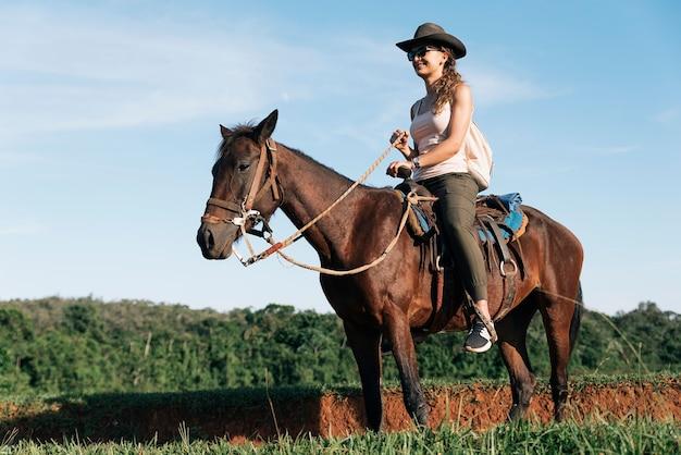 Красивая женщина верхом на лошади в сельской местности.