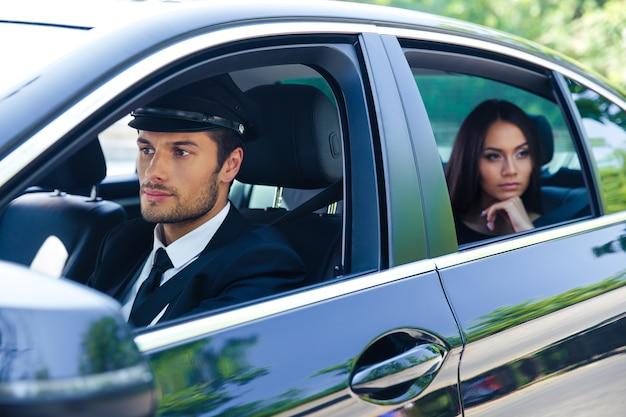 운전사와 함께 차에 타고 아름 다운 여자