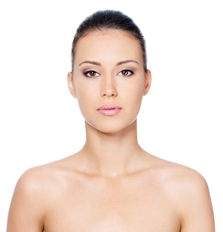 きれいな肌の美しい女性の顔-白で隔離