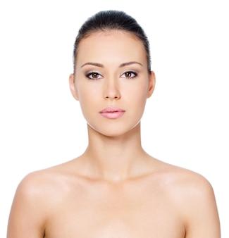 Fronte della bella donna con pelle pulita - isolato su bianco