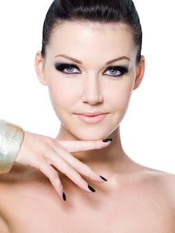 Лицо красивой женщины с макияжем моды - портрет крупным планом. изолированные на белом