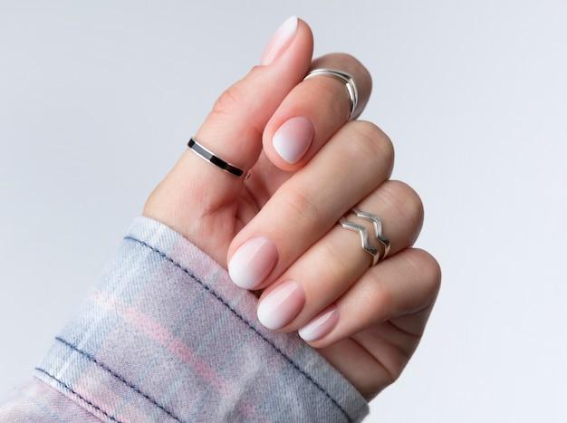 オンブルグラデーションネイルデザインの美しい女性の手