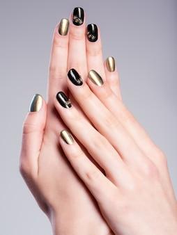 Le unghie della bella donna con una bella manicure creativa